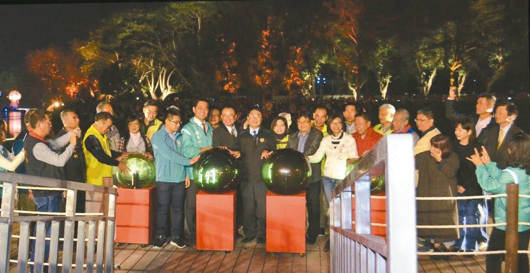 臺南市市長黃偉哲(中)與貴賓共同啟動魔球為月津港燈節點燈。  陳慧明/攝影