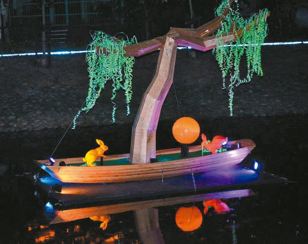 「心田的綠舟」恍如一葉輕舟置於月津港上,追尋一處內心自我的寧靜。 陳慧明/攝影