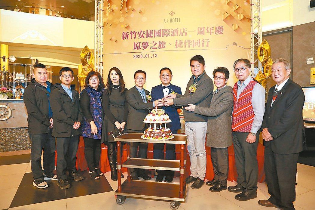 新竹安捷國際酒店董事長陳品峯(左六)及貴賓共同切下慶祝蛋糕。 安捷/提供