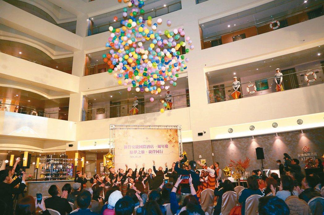 18樓從天而降的1,000顆繽紛大氣球,象徵周年慶活動圓滿落幕。 安捷/提供