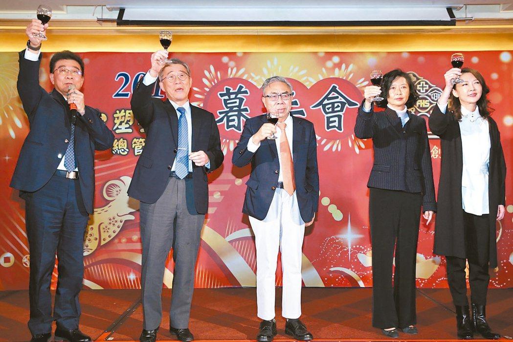 台塑集團總管理處昨天舉行暮年會,總裁王文淵(中)、總經理林善志(左起)、常委王文...