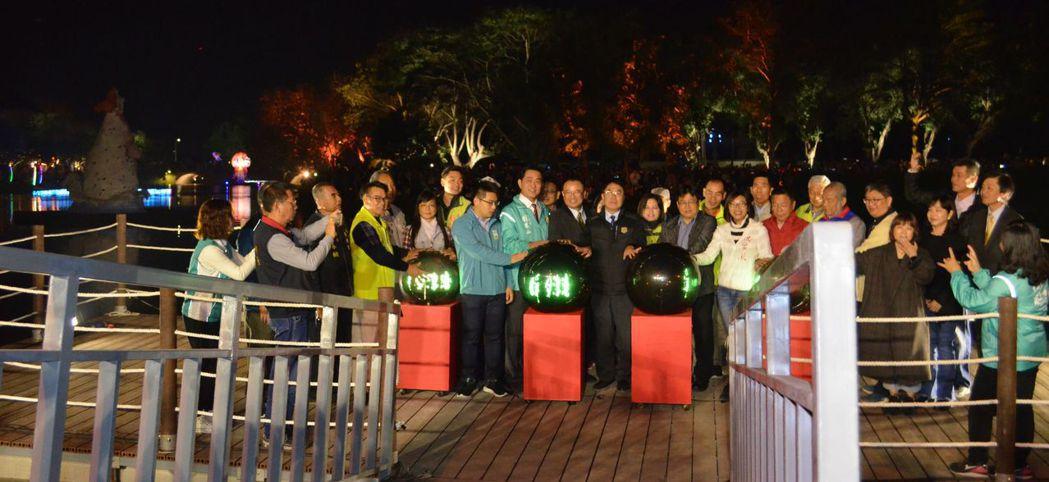 黃偉哲市長與貴賓共同啟動魔球為月津港燈節點燈。  陳慧明 攝影