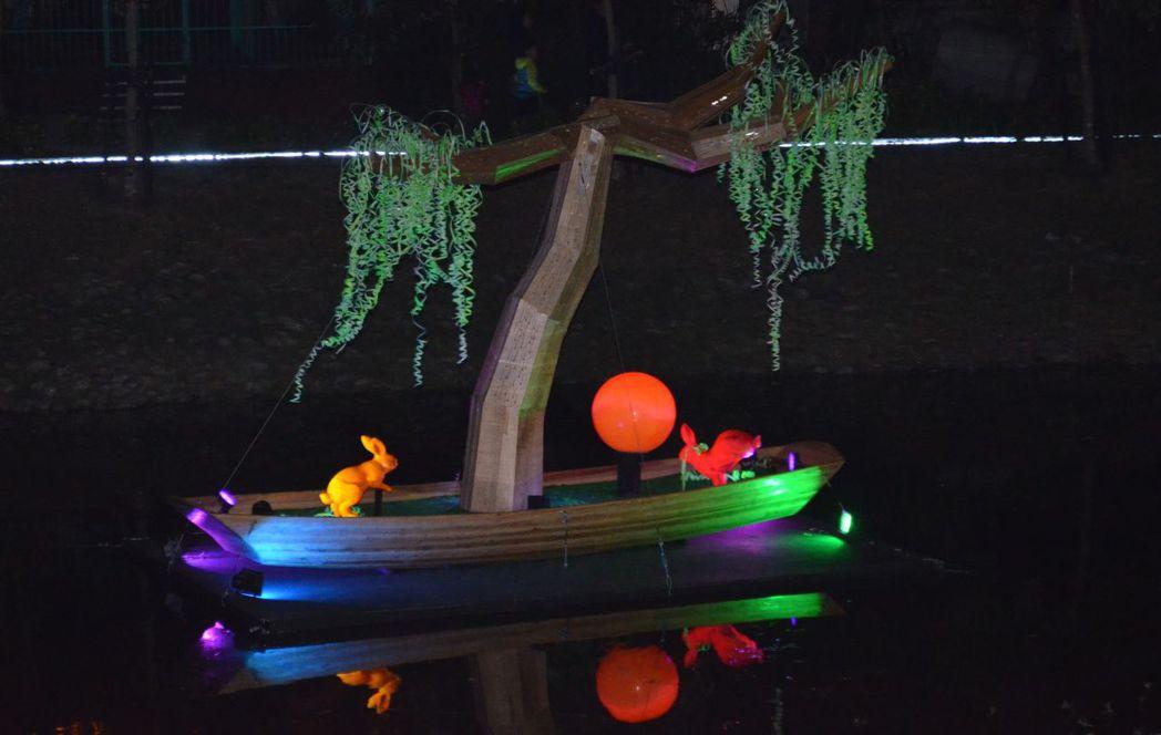 「心田的綠舟」仿如一葉輕舟置於月津港上,追尋一處內心自我的寧靜。   陳慧明 攝...
