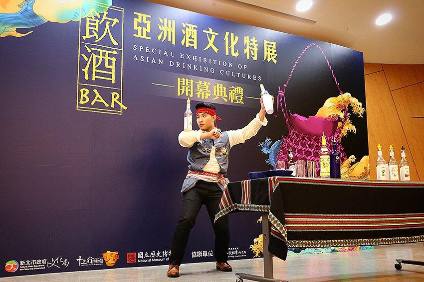 第66屆世界盃調酒大賽冠軍得主陳俊燊現場表演精湛的花式調酒。 十三行博物館/提供