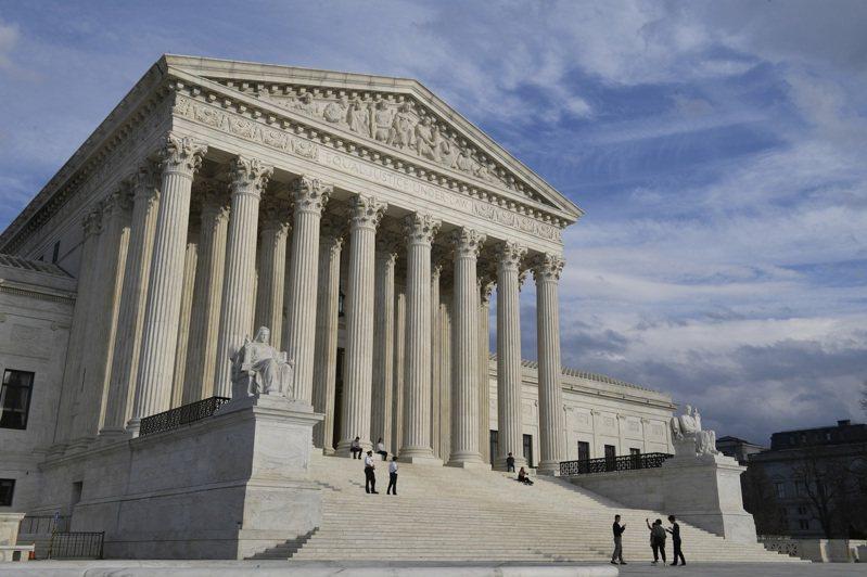最高法院21日拒絕了民主黨人要求速審封殺歐記健保的司法控案。 美聯社