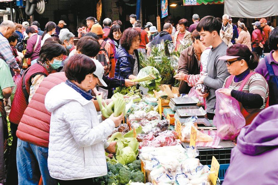 春節前連日天氣舒適,市場湧現採購年貨人潮。 記者林伯東/攝影