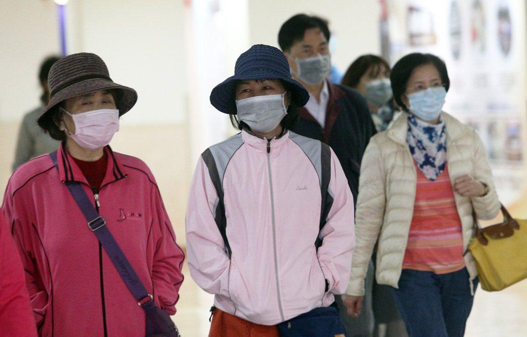 台灣出現首例確診「武漢肺炎」,民眾進到公共場所最好是戴口罩。 記者劉學聖/攝影