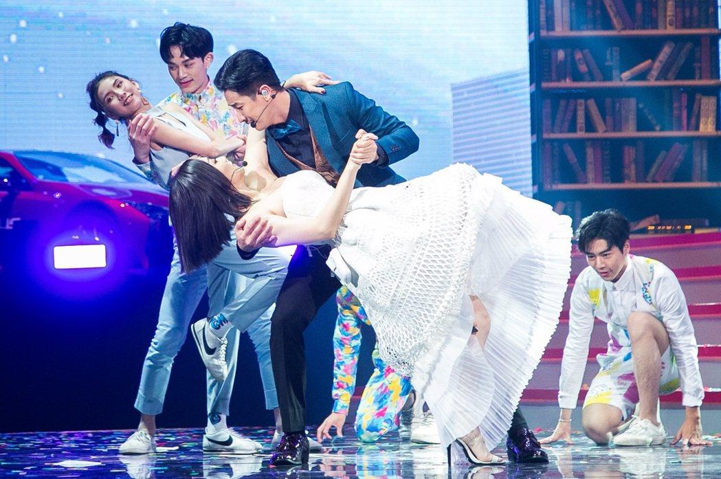 Darren和閻奕格展現演歌舞三棲功力,透過兩人的歌聲、肢體與眼神交流,令觀眾沉...