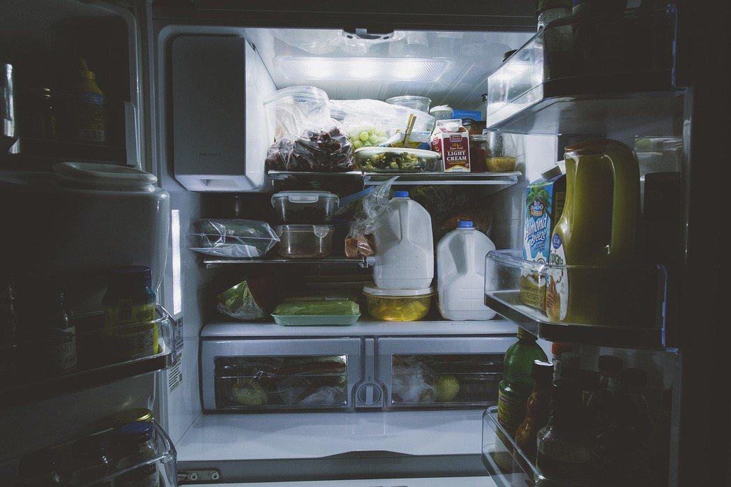 過年後呈現爆滿狀態的冰箱,堆滿年前購買卻未烹煮的食材,忙碌時隨手亂塞。 圖/pi...