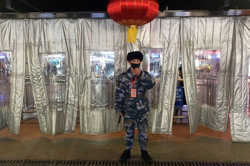 中國爆發新型冠狀病毒(又稱武漢肺炎),圖為北京西站的安檢人員。 圖/路透社