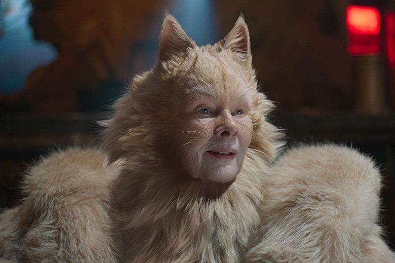 飾演長老貓的茱蒂丹契,在《貓》片中演唱〈歡樂的瞬間〉。 圖/IMDb