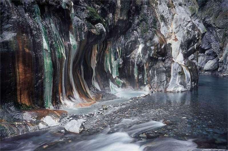 擁有全台最美野溪溫泉秘境的栗松溫泉,是一處尚未開發的野溪溫泉,但前往並不容易,要觀賞到翡翠色的美景必須克服許多路段。圖擷自花東縱谷國家風景區