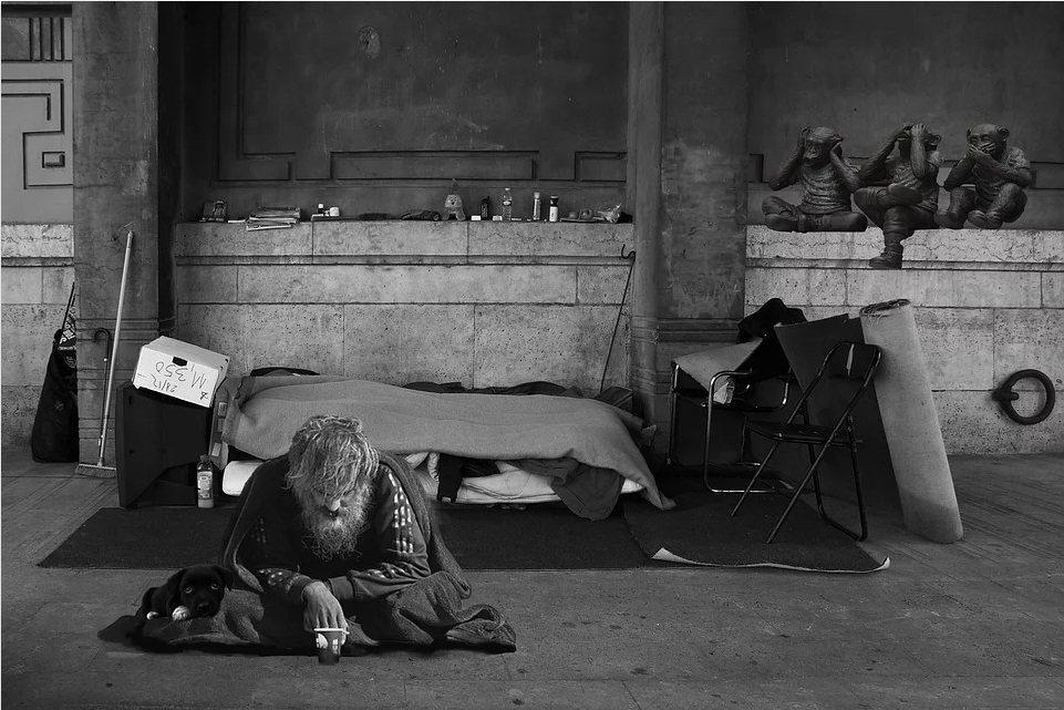收容無家者的庇護所內,可能同時有20、30張床在同一個房間,如此擁擠、無隱私的空...