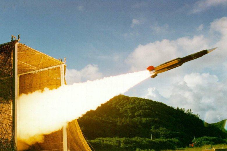 雄三超音速飛彈需靠側方的拋棄式火箭推進到超音速後,才能讓衝壓引擎發揮作用,持續以...