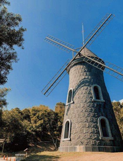 別忘了2座城堡中間,還有360度無死角的風車館,怎麼拍都好看。業者/提供