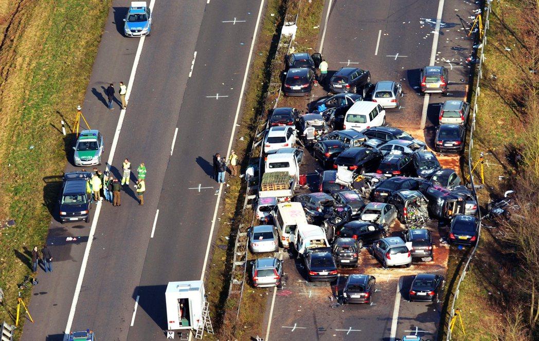 主張修法限速的意見認為,儘管德國高速公路的肇事率相對其許多國家來說,已經低上許多...