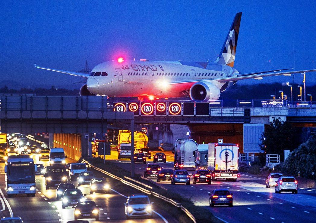 反對速限者也主張:若高速公路速限,民眾在長途旅行的交通工具選擇上,可能因此更傾向...
