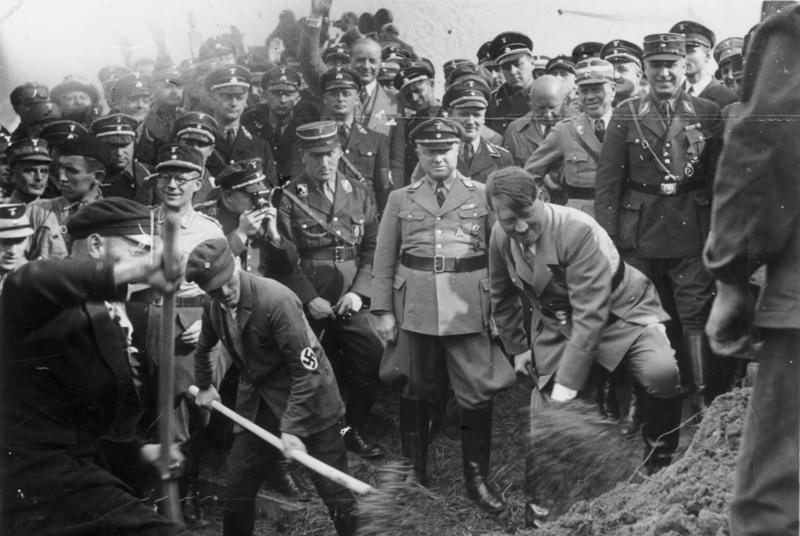 1933年9月23日,希特勒在法蘭克福附近的「帝國高速公路」(Reichsaut...