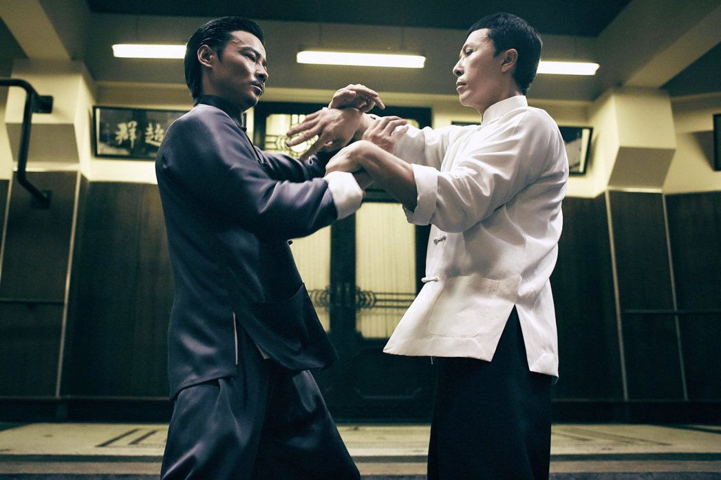 甄子丹(右)與張晉在電影「葉問3」中有 精彩詠春對戰。圖/華映提供