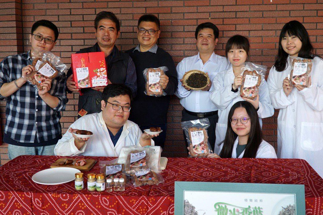 大葉大學藥保系李柏憲老師(後排左三)與菲采國際合作,推出茶解香腸年節禮盒。 大葉...