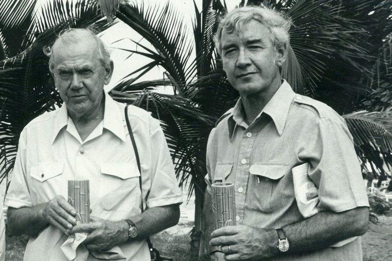 英國作家葛林(左)則曾經任職於軍情五處,圖攝於1976年,巴拿馬。 圖/美聯社