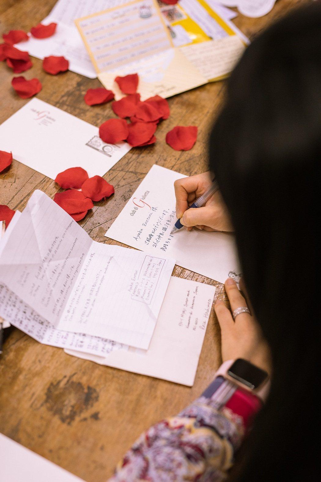 把握農曆新年連假期間,撰寫一封給茱麗葉的信,分享與伴侶之間深刻動人的愛情故事,就...