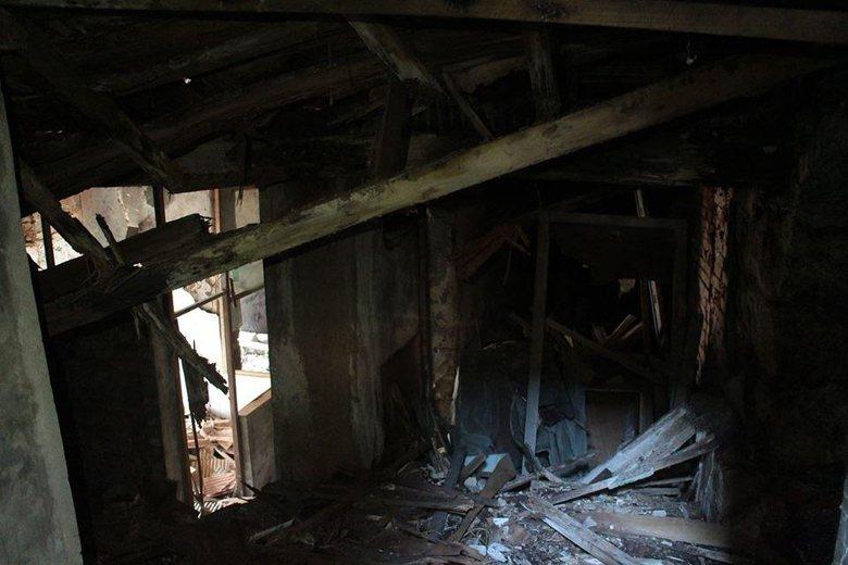 淡水日商中野宅內部宛如廢墟,新北市文化局僅是將入口封閉便稱有做「防災及緊急應變計畫」。 圖/新北市文資團體提供
