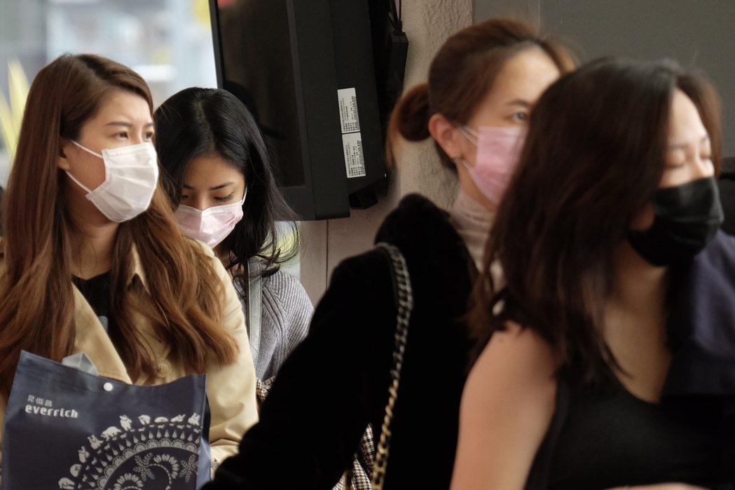台灣昨日首例女台商確診「武漢肺炎」後,疾管署呼籲民眾配戴口罩,並以肥皂勤洗手。 ...