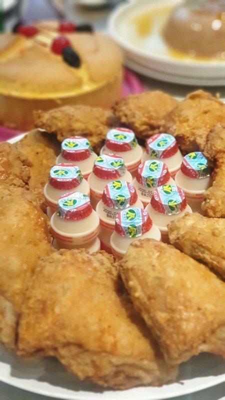 懷舊古早味桌菜最後供食客打包的香酥炸雞與養樂多、海綿蛋糕。 徐谷楨/攝影