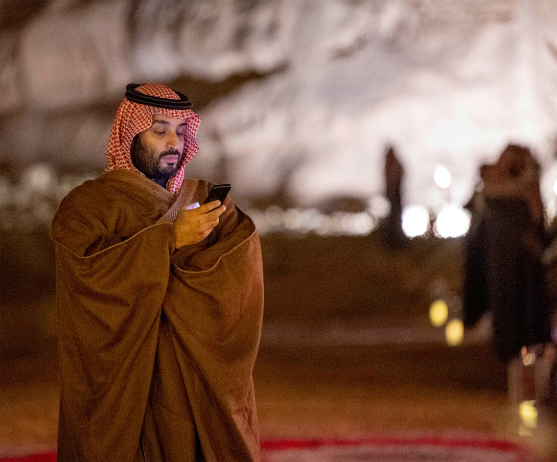拿手機的王儲。 圖/路透社