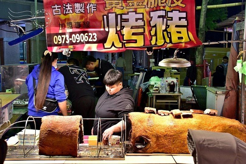 哇!黃金脆皮烤豬,好大一隻豬!
