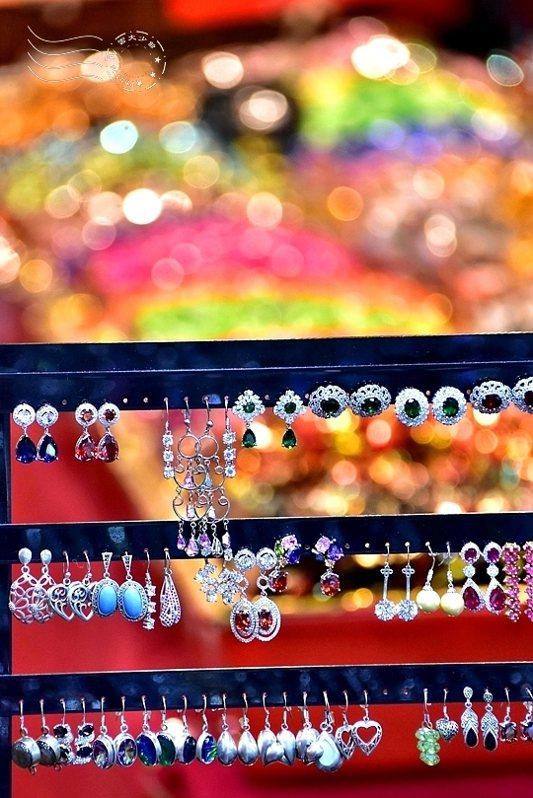 五彩的糖果紙在燈光下,幾乎可與珠寶爭輝了。
