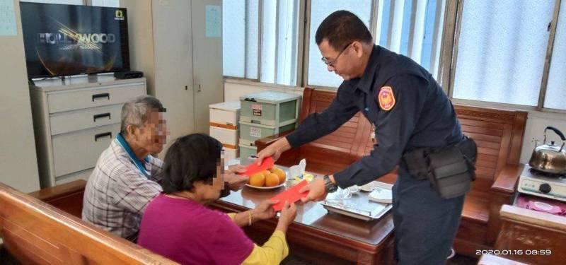 一對年邁兄妹日前到竹田分駐所求助,員警自掏腰包助人。 圖/潮州警分局提供