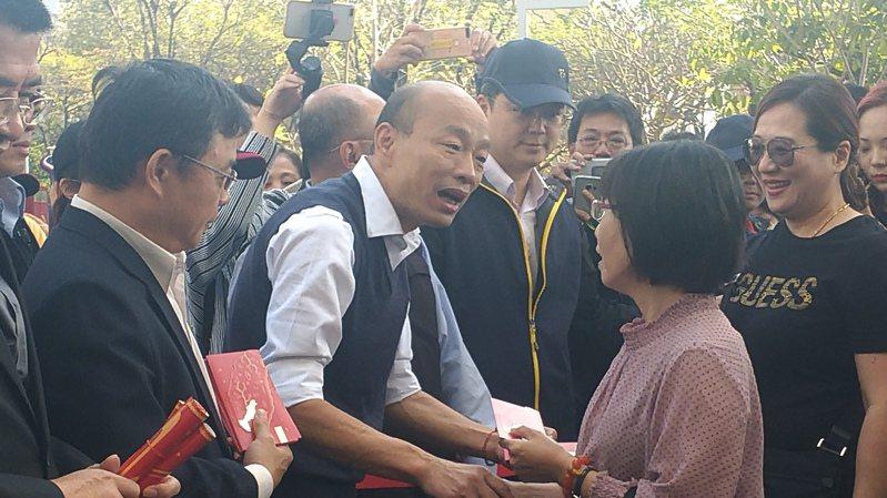 高雄市長韓國瑜在市府發紅包。記者蔡孟妤/攝影