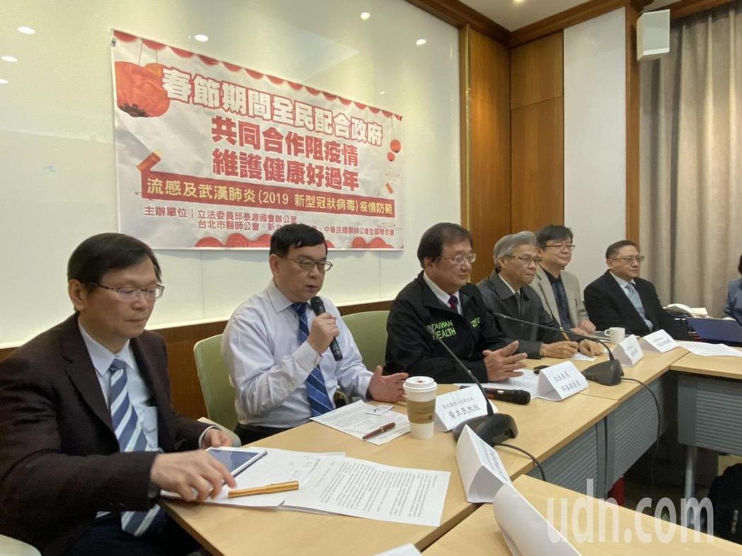 台灣感染症醫學會理事長、台大兒童感染科主任黃立民(左二)表示,新型冠狀病毒已幾乎...