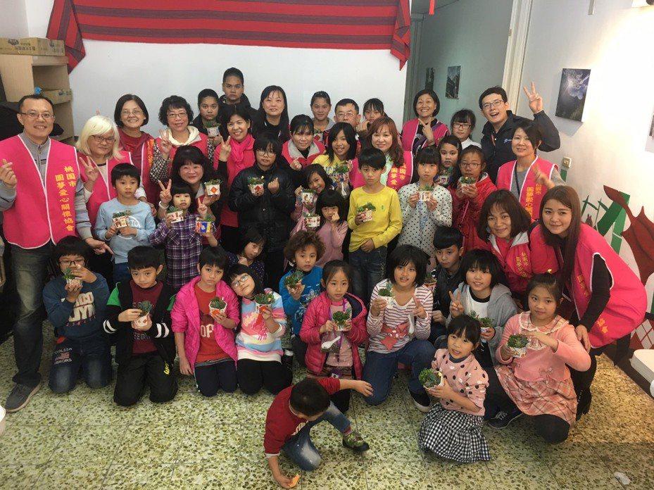 台灣世界展望會透過「10000個紅包,10000個契機」,募集資金,投入國內貧童助學金、營養扶助金、特殊景況家庭生活扶助金,與弱勢家庭生計發展。圖/世界展望會提供
