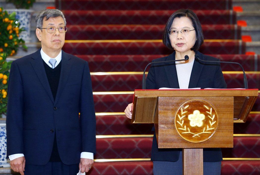 針對武漢肺炎,蔡英文總統(右)上午偕同曾經在SARS期間擔任衛生署長的副總統陳建...