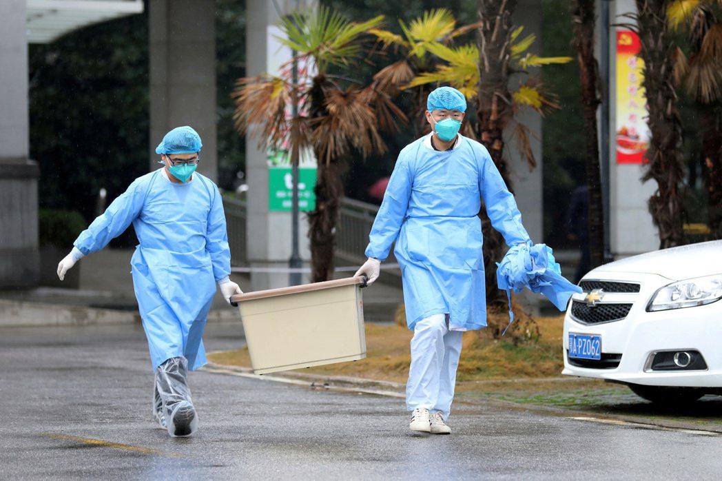 中國大陸收治武漢肺炎病患的武漢金銀潭醫院員工。路透