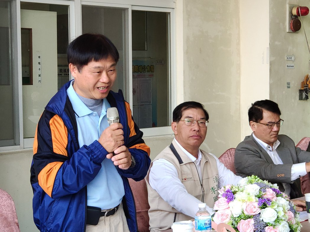 感同身受,已久工業董事長周文三(左一)連捐3輛救護車傳為美談。記者謝進盛/攝影