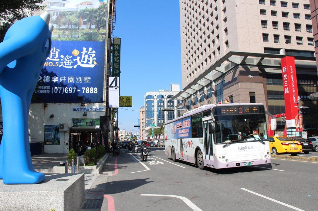 台南市交通局從2月1日推出「搭市區公車拚獎金」活動,搭乘次數最多的民眾最高可獲現...