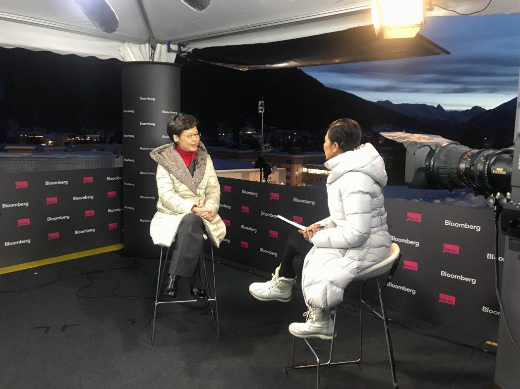 正在瑞士達沃斯的香港特首林鄭月娥接受彭博新聞專訪。(港府新聞處)