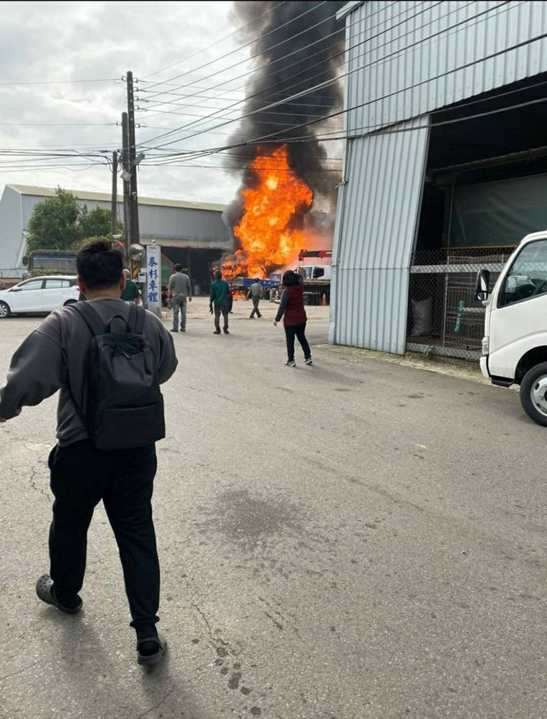 桃園市八德區興豐路1716巷上午10點多發生工廠火警,不少民眾將濃煙密佈的照片PO上網路。圖/截至臉書社團記憶八德