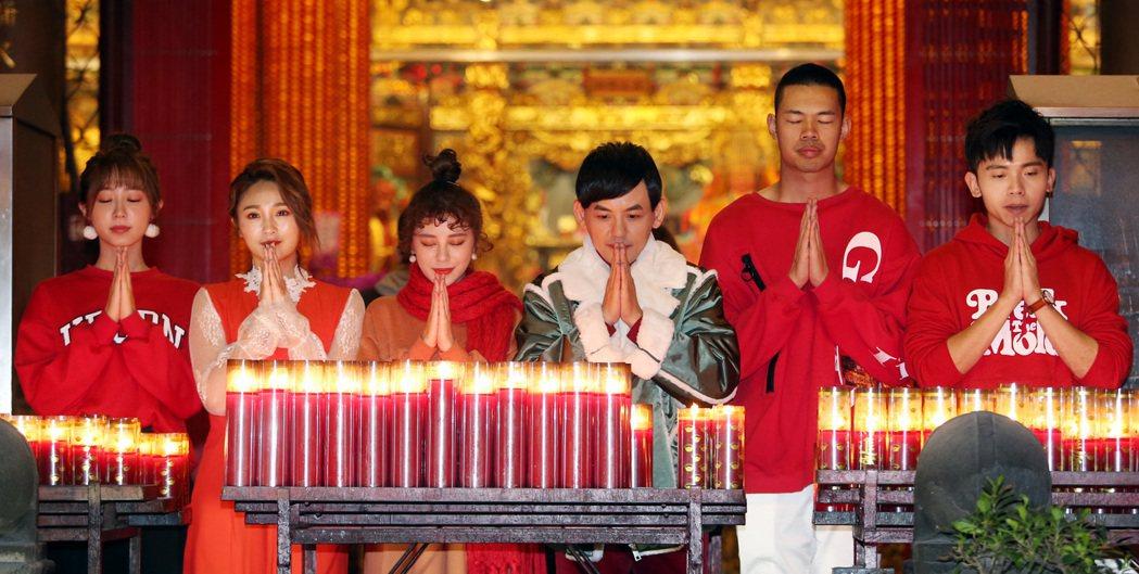 黃子佼(右三)在年前帶領大天(右二)等眾徒弟赴西門町天后宮參拜、點光明燈,並祈求...