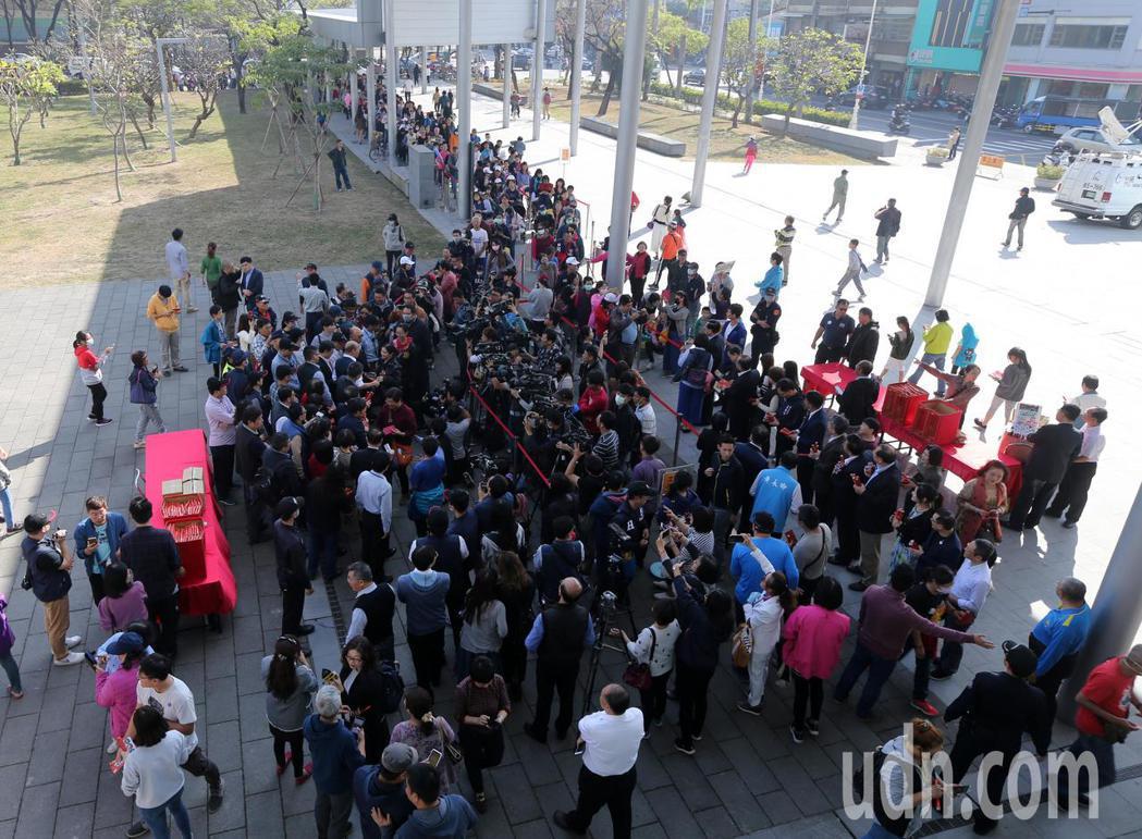 高雄市長韓國瑜今天開始第一波發放年節小紅包與春聯,隊伍綿延整個鳳山行政中心。記者...