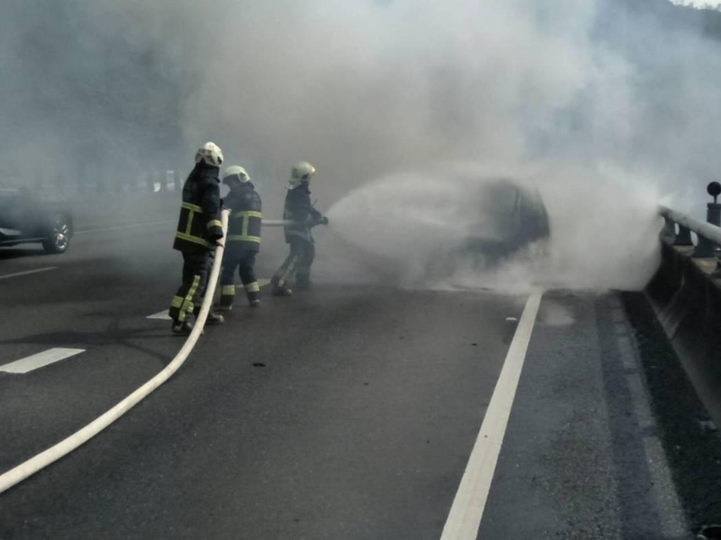 國道五號雪山隧道前200公尺處稍早發生一起火燒車意外,所幸無人傷亡。記者柯毓庭/...