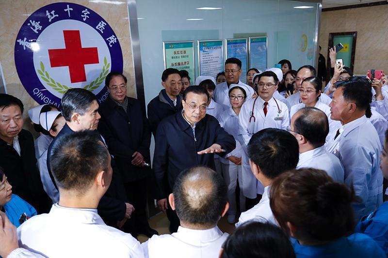 大陸國務院總理李克強昨日赴青海的紅十字醫院看望醫護人員。圖/取自中國政府網