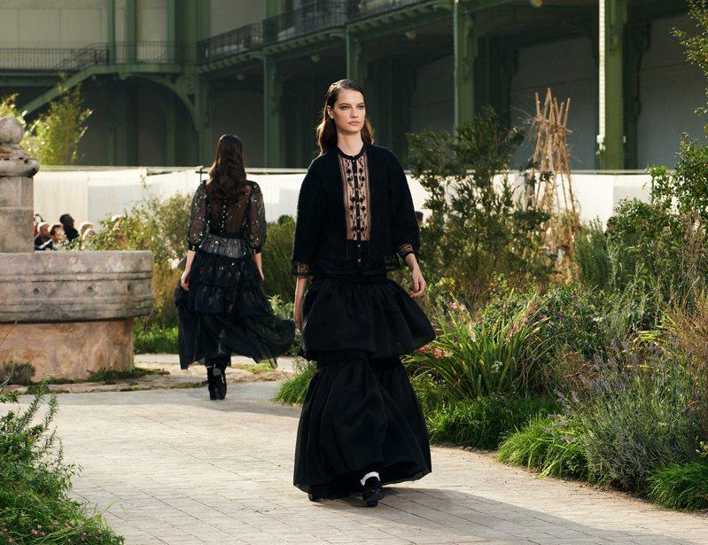 服裝上每個細節都能看見修道院裡的各種元素,像是走廊地面上鋪飾的星星圖騰徽章紋路、玻璃窗花上的幾何交織圖案等等。圖/香奈兒提供