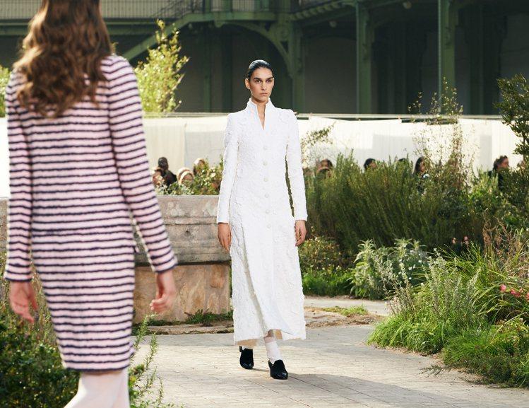 直身線條剪裁的斜紋軟呢套裝、洋裝,白色短襪配樂福鞋,重現保守的女學生裝扮。圖/香...
