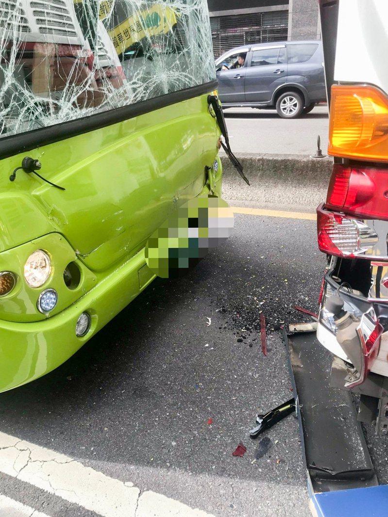 鄭姓司機駕駛的公車前方擋風玻璃碎裂。記者蔡翼謙/翻攝