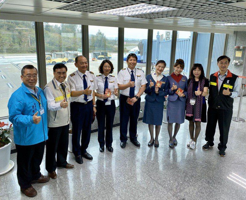 華航波音737客機首度到金門支援,協助載運旅客,金門縣政府秘書長陳朝金(左一)也慰勞機組人員的辛勞。記者蔡家蓁/攝影